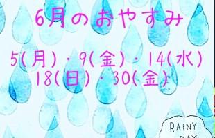 ガラスでできた雨の雫を背景に6月のスケジュール