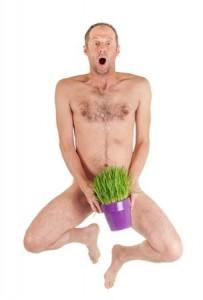 裸の男性が植木鉢を持っている