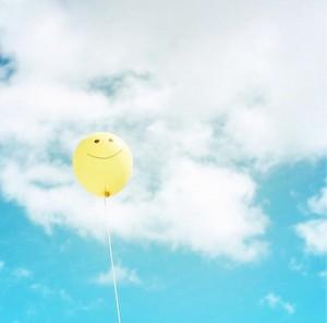 青空に黄色のニコちゃん風船