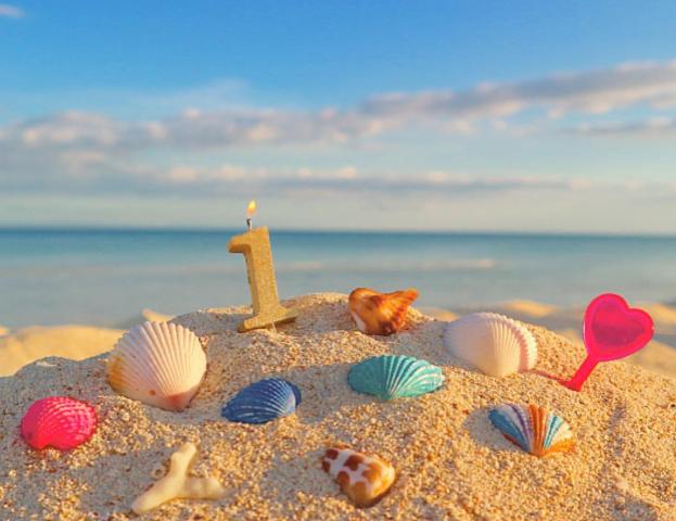 砂浜に貝殻と数字の1のオブジェ